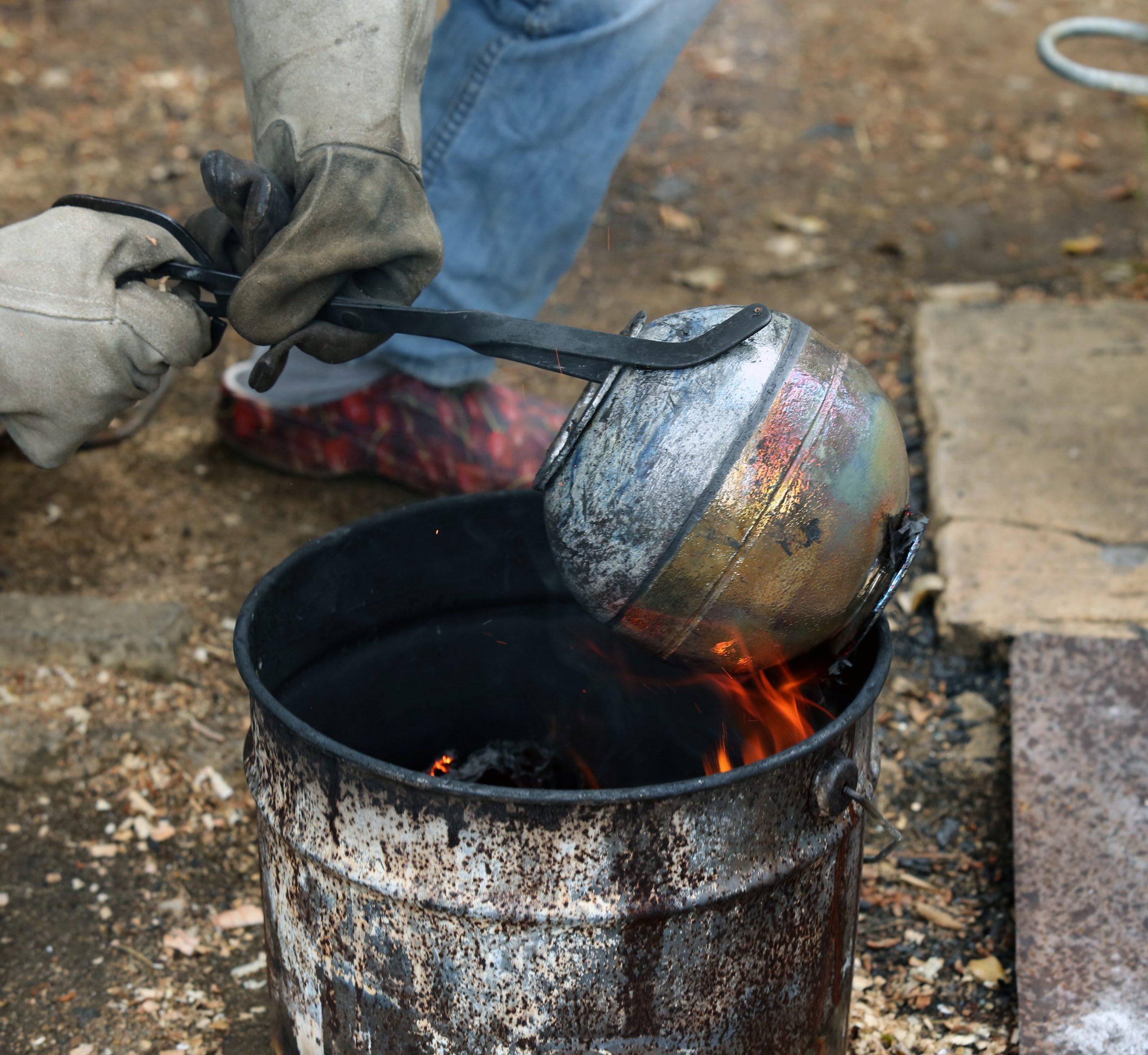 extracción pieza tecnica de raku con pinzas